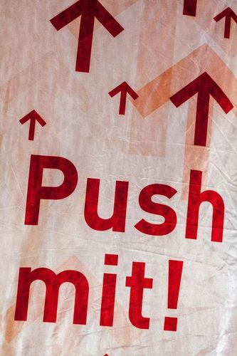 "Needs translation: Push Up Club Banner mit der Aufschrift ""Push mit"""