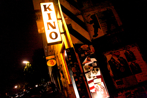B-Movie Kino Schild beleuchtet